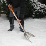 La Vingrad, un bărbat a fost acroșat de o mașină, în timp ce curăța zăpada din fața casei