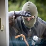 Poliția a reținut doi bucureşteni şi un ilfovean suspectaţi că au furat bijuterii din locuinţe la Sebeş