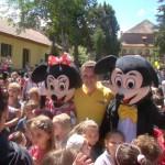 Curtea muzeului Ioan Raica din Sebeş a fost neîncăpătoare pentru sutele de copii, părinţi şi bunici veniți la spectacolul de Ziua Copilului