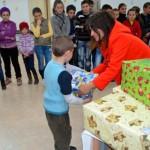 Peste 500 de angajaţi de la Star Transmission au împărţit cadouri copiilor din judeţul Alba