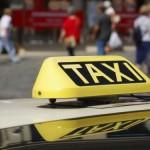 """Un taximetrist și-a """"proptit"""" mașina într-un stâlp din Sebeș"""