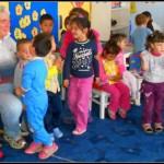 Un englez stabilit în Loman a oferit în dar rechizite pentru copiii de la grădiniţele de pe Valea Sebeşului