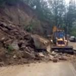 Drum blocat de căderi de piatra între Dobra și Jina