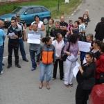 Zeci de părinţi nemulţumiţi au protestat la Șpring împotriva schimbării directorului şcolii din comună