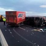Coliziune între un autocamion și un utilaj de împrăștiat material antiderapant pe A1 în zona localității Răhău