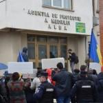 """Protest împotriva poluării din Sebeș organizat la Alba Iulia. În fața sediului APM Alba s-a scandat """"Afară cu Kronoșpan din țară!"""""""
