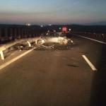 Trei persoane au scăpat nevătămate după ce autoturismul în care se aflau s-a izbit de un parapet pe Autostrada A1
