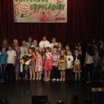 """Peste 60 de elevi au participat la cea de-a doua ediție a Festivalului de Muzică Ușoară și Folk """"Universul Copilăriei"""", de la Sebeș"""