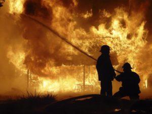 incendiu-pompieri-noapte