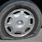 Bărbat de 32 de ani din Doștat cercetat pentru distrugere, după ce a tăiat cauciucurile unui unui autoturism lăsat de proprietar în afara părţii carosabile