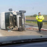 O autoutilitară s-a răsturnat pe șosea, la Cunța, după ce a fost lovită de un autoturism