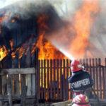 Intervenție a pompierilor pentru stingerea unui incendiu izbucnit la o anexă gospodărească situată pe strada Ștefan cel Mare, din Sebeș