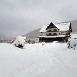 Familie cu doi copii rămasă blocată la o pensiune din Munții Șureanu, din cauza căderilor masive de zăpadă