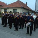 De 1 Mai, FANFARA din PETREȘTI a defilat la primele ore ale dimineții cu haine de sărbătoare și șepci împodobite cu flori de primăvară