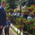"""280 de jardiniere cu mușcate roșii au fost montate pe bulevardul """"Lucian Blaga"""" din Municipiul Sebeș"""