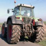 Bărbat de 69 de ani din Gîrbova surprins în timp ce conducea fără permis un tractor pe DJ 106F