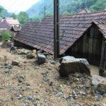 Torentul care s-a revărsat ieri seară în satul Dobra a distrus 3 anexe gospodărești, 1 autoturism, a inundat 8 curți și a avariat 4 case