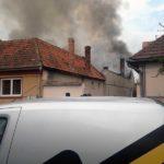 Intervenție a pompierilor din Sebeș pentru stingerea unui incendiu izbucnit la acoperișului unei case din municipiu