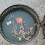 În timp ce centrul Sebeşului se scaldă în flori, noi, cei de pe strada Ştefan cel Mare, ne scăldăm în mizeria de la canalizare