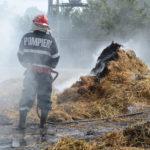 Intervenție a pompierilor militari din Sebeș, pentru stingerea unui incendiu izbucnit la niste baloți de paie, la Răhău