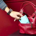 Dosar penal pentru o femeie de 29 de ani, după ce i-a sustras, într-un magazin din Sebeș, portmoneul unei tinere din Săsciori