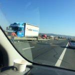 Coliziune între un TIR și un autoturism petrecută pe Autostrada A1, la km 250. Înspre Sebeș se circulă doar pe banda de urgență