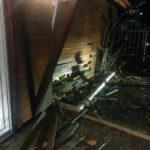 Pensiune din Șugag distrusă parțial, după ce o șoferiță de 18 ani a intrat cu mașina în ea