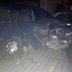 Două autoturisme, parcate regulamentar în fața unei pensiuni din Șugag, avariate după ce șoferul unui BMW a pierdut controlul volanului