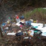 Valea Sebeșului, plină cu gunoaie, cârpe şi alte resturi menajere, la Săsciori