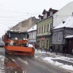 Primăria Sebeș anunță ca un număr de șase utilaje de deszăpezire au curățat zăpada pe arterele principale din oraș și la Petrești