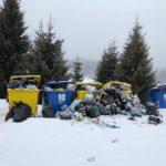Containerele de gunoi, amplasate în preajma pensiunilor de la Domeniul Schiabil Șureanu, nu au mai fost golite de două săptămâni