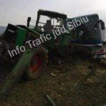 Un autocar a lovit un tractor condus de un şofer din Gârbova pe DN 1, la ieșirea din Miercurea Sibiului înspre Sebeș