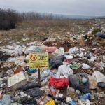 Marginea drumului care urcă din Daia Română către Râpa Roșie, transformată de săteni în groapă de gunoi