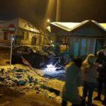 Un șofer și-a avariat serios autoturismul, după ce a derapat și s-a izbit de chioșcurile amplasate într-o stație de autobuz din Sebeș