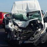 Șoferul unui microbuz a adormit la volan și a intrat în coliziune cu un autocamion condus regulamentar pe Autostrada A1, între Apoldu de Jos și Săliște