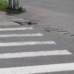 Câteva dale care lipsesc de pe scurgerea stradală, pun în pericol cetățenii care traversează strada pe o trecere de pietoni, situată în apropierea Pieței Dacia din Sebeș