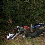 Motociclist de 27 de ani rănit pe DN 67C, după ce s-a izbit de un parapet și s-a răsturnat în șanțul de pe marginea drumului