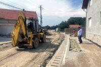 Vremea bună din ultimele zile a permis reluarea lucrărilor de reabilitare și modernizare a străzii Mihai Eminescu, din Petrești